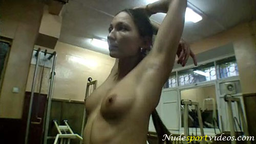 Naked fitness girl Maria trains her arms